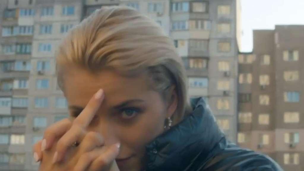 Lena Gercke zeigt bei der Arbeit mit ihrem Freund am Set den Mittelfinger
