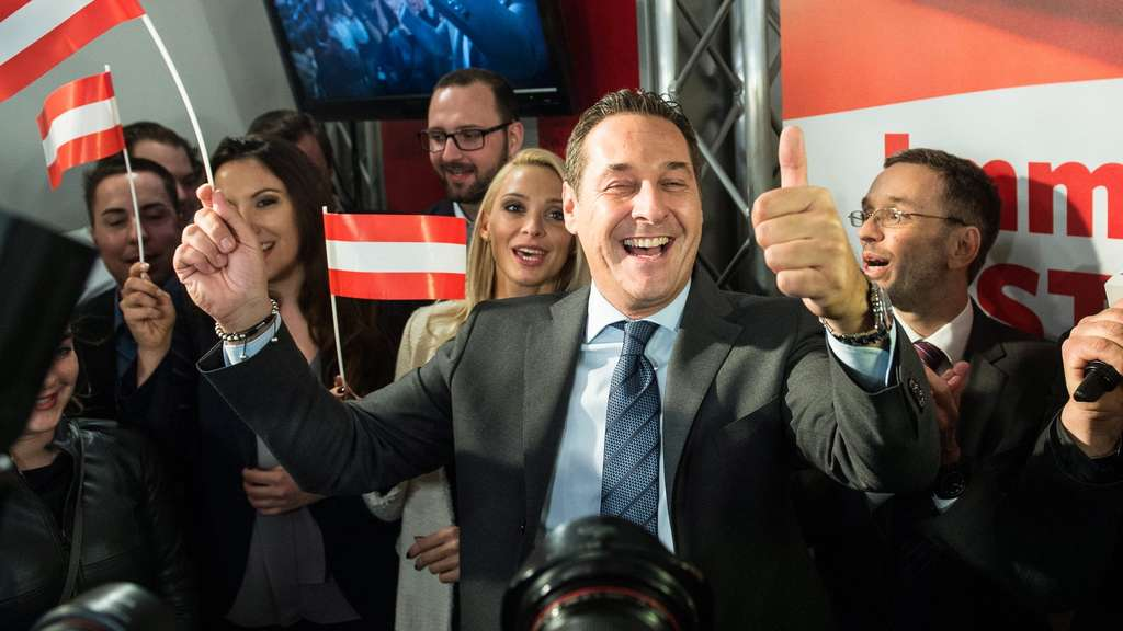 epaselect epa05276026 Leader of the right-wing Austrian Freedom Party (FPOe) Heinz-Christian Strache (C) celebrates at the party headquarters after the Austrian presidential elections in Vienna, Austria, 24 April 2016. Exit polls suggested a lead for right-wing candidate Norbert Hofer. Voters could choose between six candidates. Around 6.4 million Austrians aged over 16 were eligible to vote to elect the ninth head of state of the Austrian Second Republic, founded in 1945. EPA/FILIP SINGER +++(c) dpa - Bildfunk+++