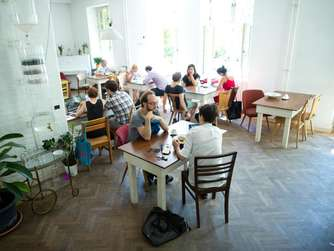 Ein Blick ins Café des Agora Collectives - Center for Contemporary Practices.