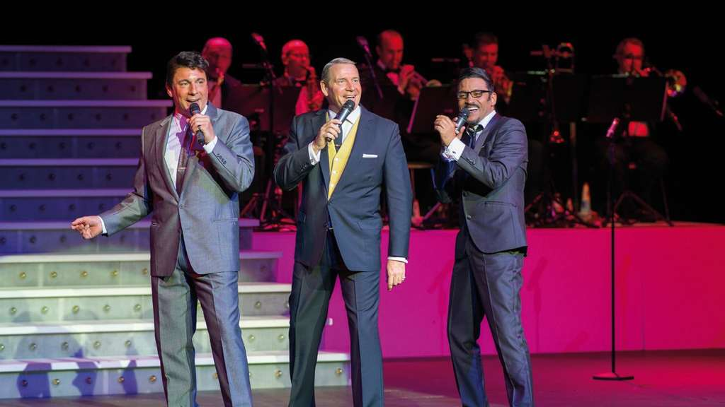 "Mark Adams (von links als Dean Martin), Stephen Triffitt (als Frank Sinatra) und George Daniel Long (als Sammy Davis, Jr.) in der Show ""A Tribute to Sinatra & Friends""."